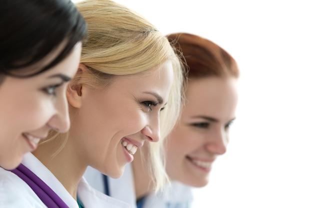 Três médicas olhando para o monitor e sorrindo. conceito médico e de saúde