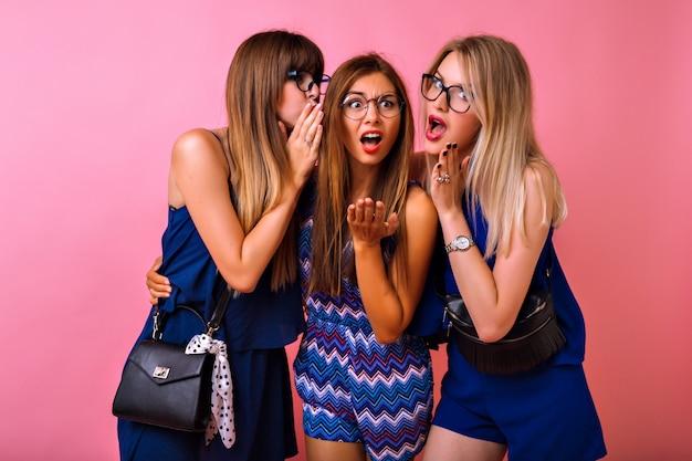 Três melhores amigas contando segredos