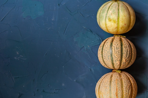 Três melões em um concreto