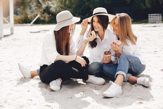 Três meninas bonitas em um parque de verão