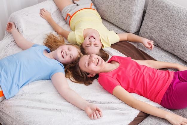 Três meninas felizes em casa