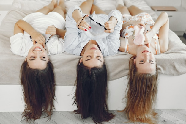 Três meninas têm festa de pijama em casa