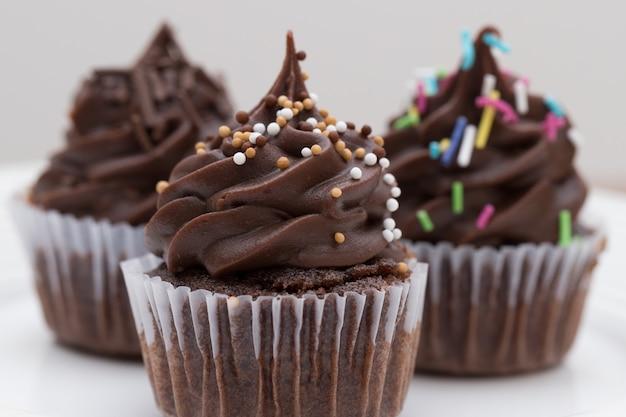 Três mini bolinhos de chocolate