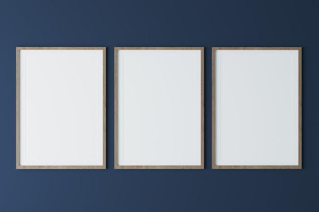 Três molduras verticais de madeira na parede azul escura