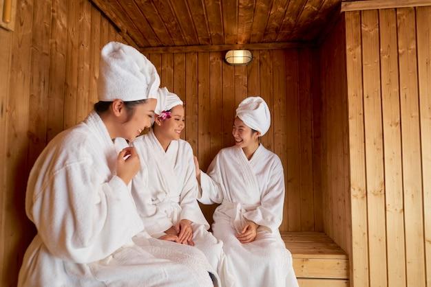 Três mulheres asiáticas na sauna
