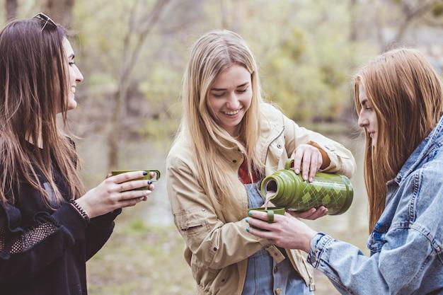 Três mulheres derramar chocolate quente