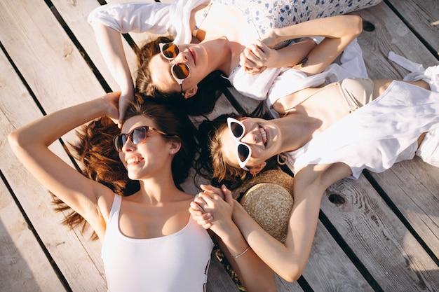 Três mulheres felizes na praia