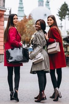 Três mulheres multiculturais na rua