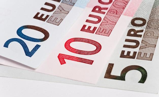 Três notas de euro. foto macro. conceitos de dinheiro
