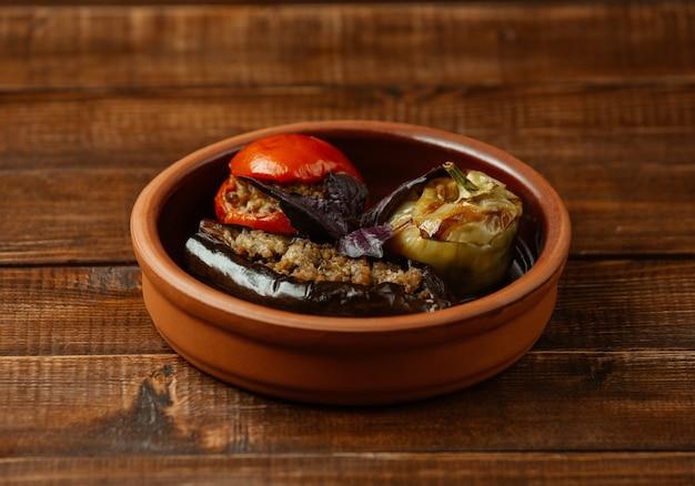 Três olma veegable do azerbaijão, recheado com carne e ervas