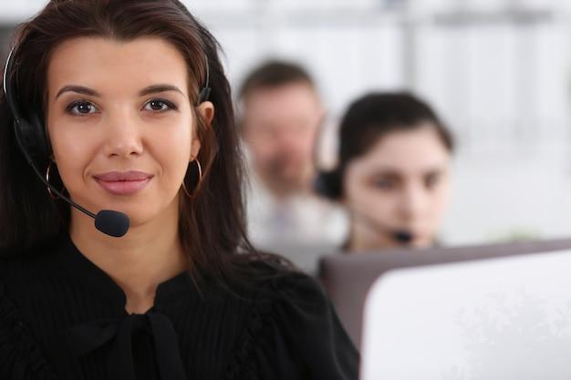 Três operadores de serviços de call center trabalhando