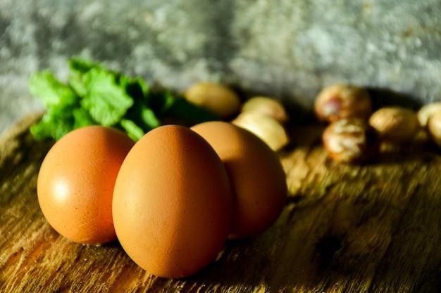 Três, ovo, ligado, tábua cortante, em, cozinha, sala