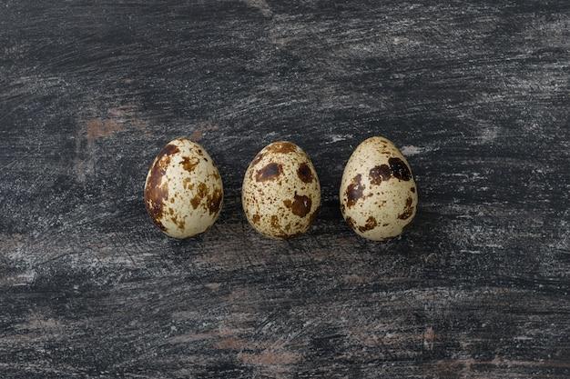 Três ovos de codorna
