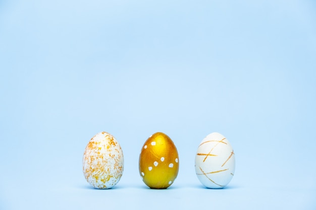 Três ovos decorados de páscoa na moda em azul