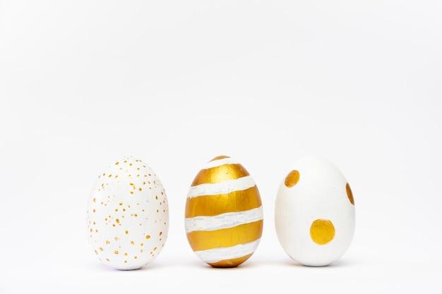 Três ovos decorados de páscoa na moda em branco