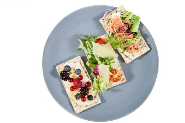 Três pães dietéticos com salmão vermelho-verde-tótomo