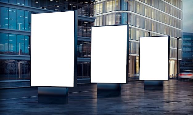 Três painéis publicitários