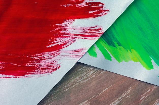 Três papéis coloridos para aquarela