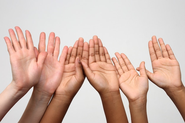 Três pares de mãos levantadas