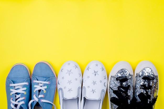 Três pares diferentes de sapatos para uma adolescente