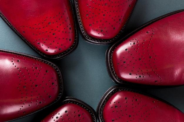 Três pares vermelhos de sapatos oxford