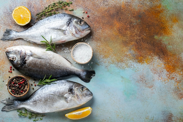 Três peixes crus frescos de dorado.
