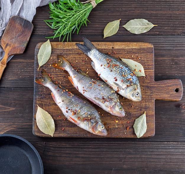 Três peixes de rio descascado com especiarias