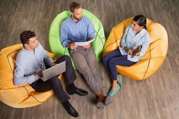 Três pessoas conteúdo discussão de ideias de negócio