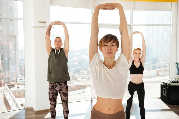 Três pessoas envolvidas no yoga