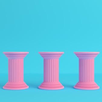 Três pilares antigos em fundo azul brilhante