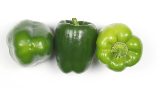 Três pimentas verdes em fundo branco