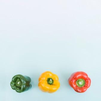 Três pimentões coloridos de cima