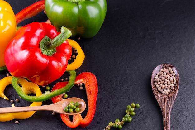 Três pimentões em um fundo de madeira, salada de legumes para cozinhar