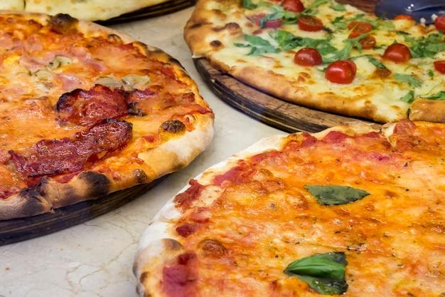Três pizzas feitas no forno tradicional