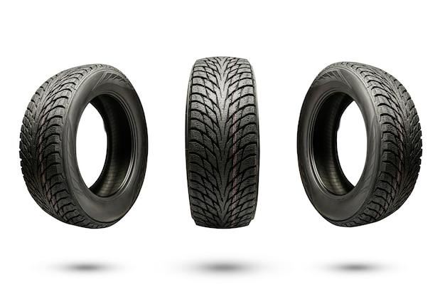 Três pneus de fricção de inverno, isolados em um fundo branco.