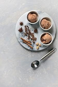 Três porções de sorvete de chocolate