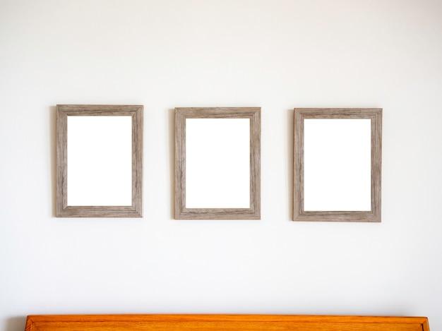 Três porta-retratos de madeira vintage em branco pendurados
