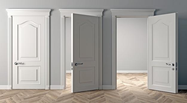 Três portas clássicas brancas na parede