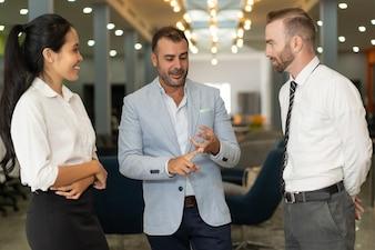 Três, positivo, pessoas negócio, falando, em, escritório, lobby