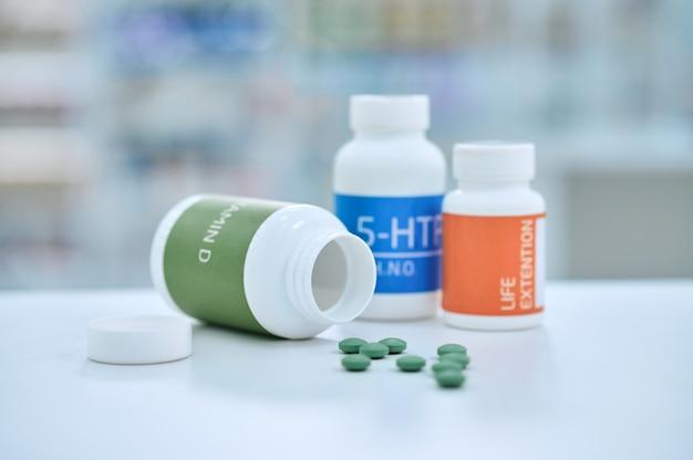 Três potes de vitaminas na mesa