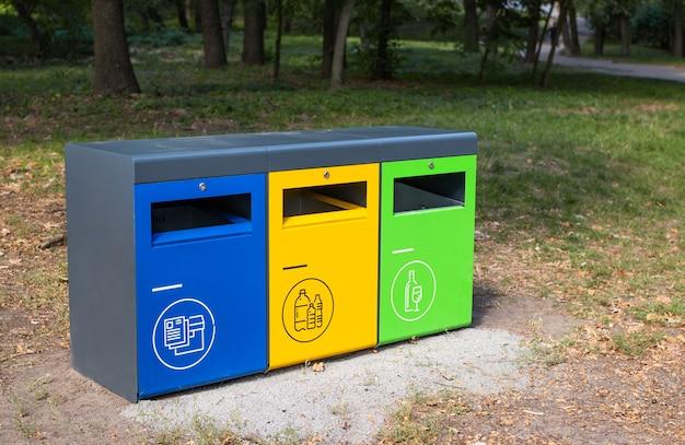 Três recipientes de lixo diferentes para separar o lixo no parque