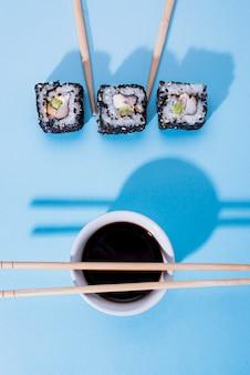 Três rolos de sushi na mesa