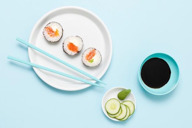Três rolos de sushi no prato