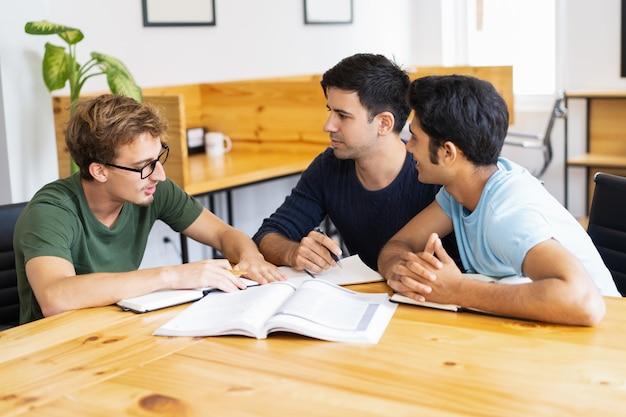 Três, sério, estudantes, estudar, fazendo, dever casa