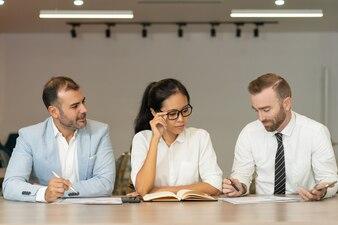 Três, sério, pessoas negócio, trabalhando, com, documentos, escrivaninha