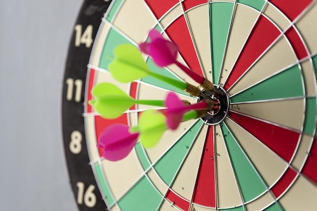 Três setas batendo no centro og dartboard. conceito de sucesso do objetivo de negócios