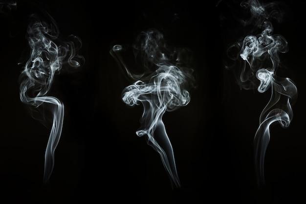 Três silhuetas de flutuar fumo