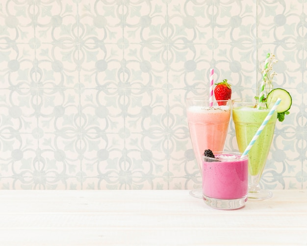 Três smoothies de verão com copyspace