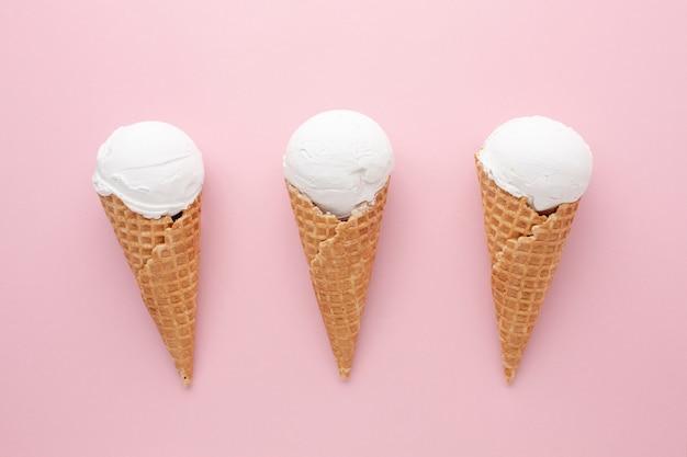 Três sorvetes brancos na mesa
