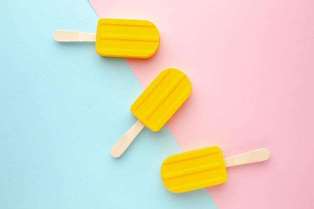 Três sorvetes na mesa